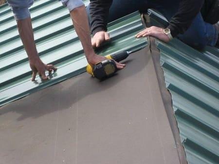 Как покрыть крышу профнастилом правильно